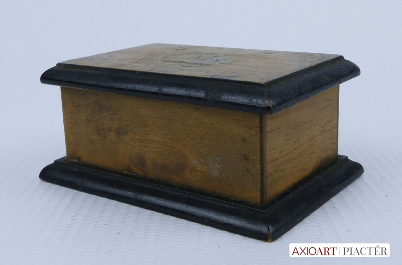 2de0784e9f64 [0E032/X012] Antik picike gyűrűtartó, ékszertartó fadoboz, osztott  belsővel. Fedelében 90 éves felirat: ANYUKÁTÓL EMLÉK 1927 XI 28 Magasság: 3  cm Szélesség: ...